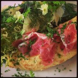 Lækker omelet med salat og blomster.